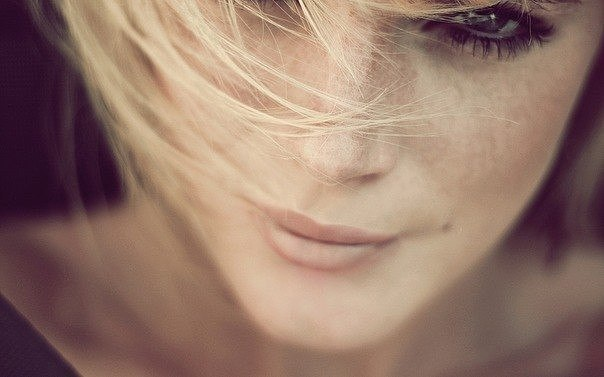 Когда вас любят – не бросают, Не оставляют плачущей одну. И позвонить не обещают, А звонят двадцать ...